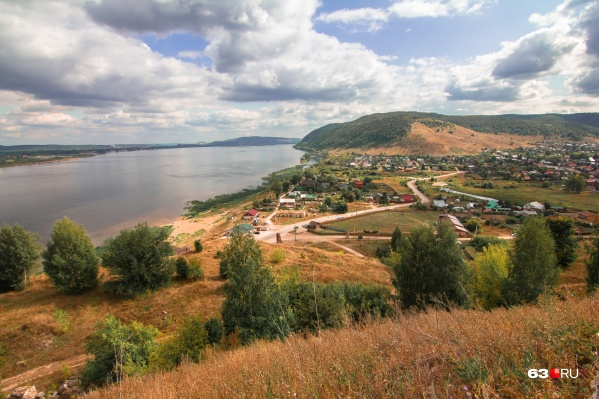 Поселок находится в окружении национального парка «Самарская Лука» и Жигулёвского заповедника