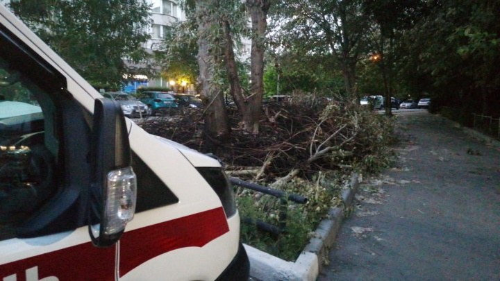 «Вовремя бы не заметили, загорелась машина»: в Екатеринбурге ночью чуть не сгорела подстанция скорой