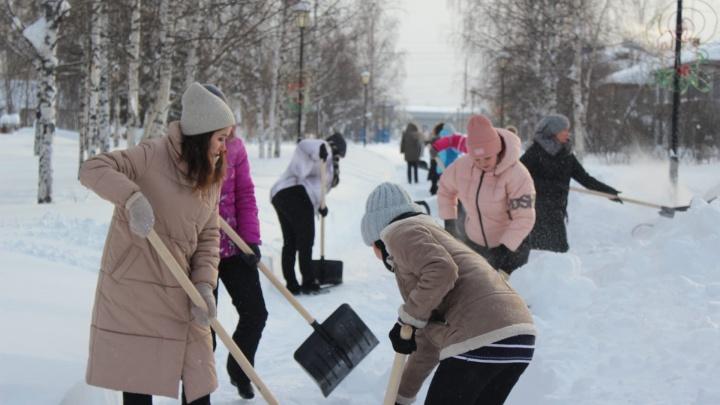 Варламов: «Плати налоги, а потом п***** [иди] убирать улицы». В Югре бюджетников вывели чистить снег