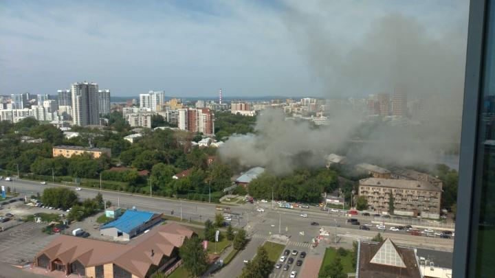 В центре Екатеринбурга горит дом, на месте которого собирались строить скандальный храм