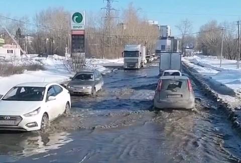 Без воды остались 4 дома: на Уктусе из-за коммунальной аварии затопило улицу