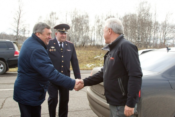 Фото от 13 октября 2017 года: Николай Юртаев (тогда глава Балахтинского района) встречает Александра Усса (тогда врио губернатора), приехавшего с рабочим визитом