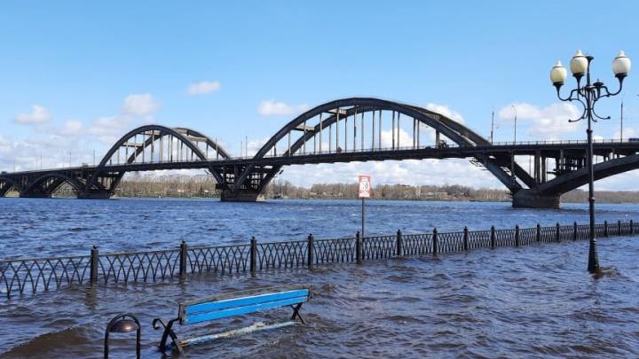 В Рыбинске затопило набережную: фото и видео с места