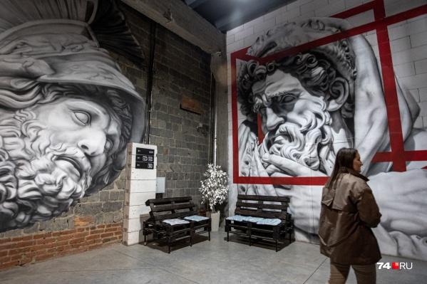 Коридоры и холлы креативного кластера украшены граффити: стили — от античности до стимпанка