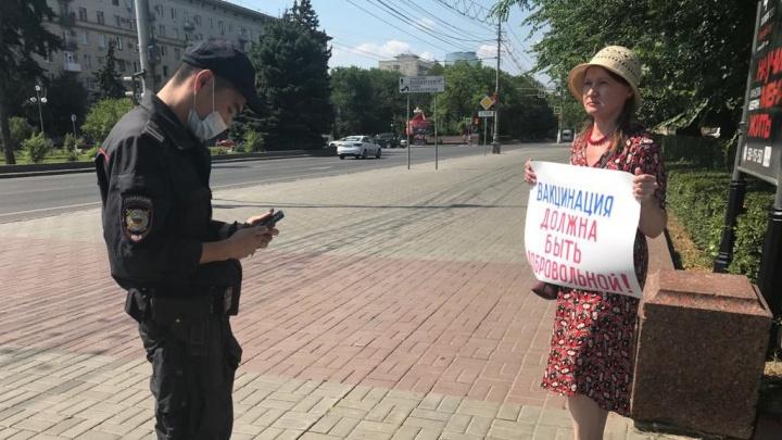 «Мы против нагнетания страха»: волгоградцы вышли на одиночные пикеты против вакцинации детей и разделения по QR-коду