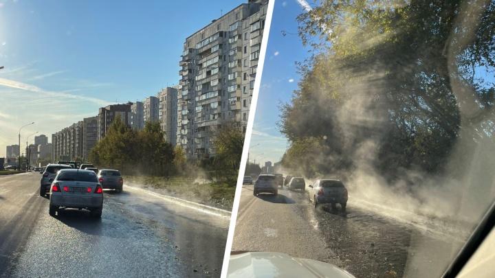 На Выборной из-за прорыва кипяток вылился на дорогу — десятки домов остались без отопления