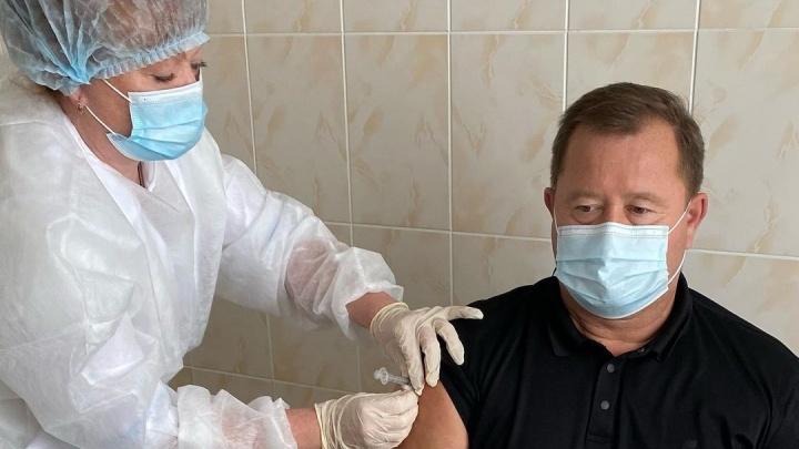 Уже переболевший министр здравоохранения Кузбасса поставил прививку от COVID-19