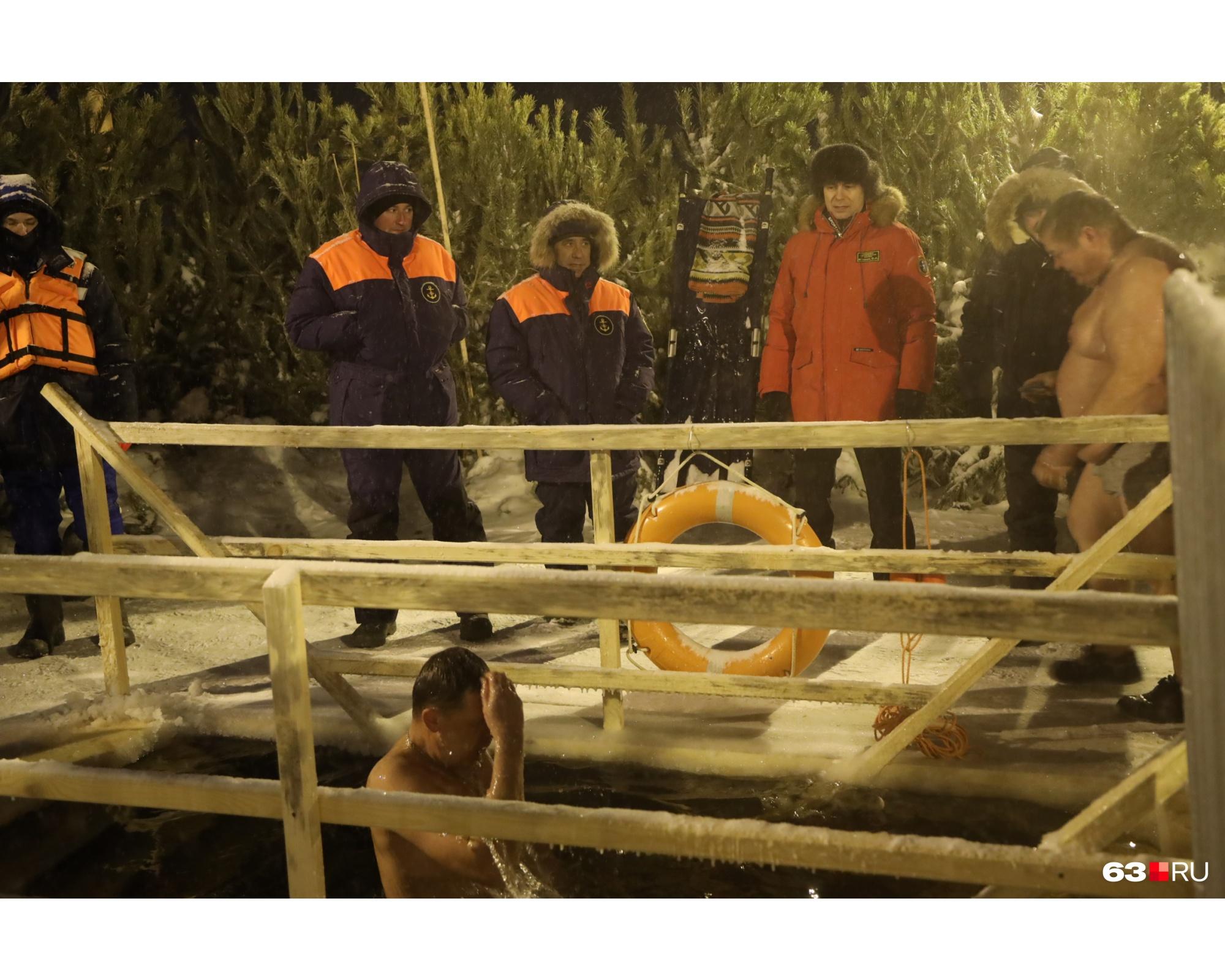 За безопасностью купающихся следят сотрудники МЧС