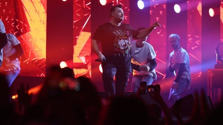 Короткие юбчонки и толпы с шариками: смотрим, как прошел концерт «Руки Вверх!» в Челябинске