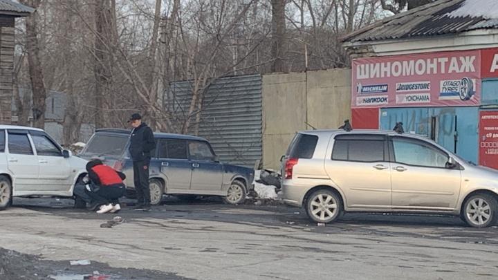 Не тяни резину. Новосибирцы ринулись менять зимние колеса— смотрим, пора или нет (погода обещает подвох)