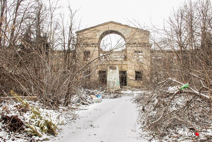 Развалины шахты имени Ленина в Новошахтинске. На постаменте не осталось даже вождя пролетариев