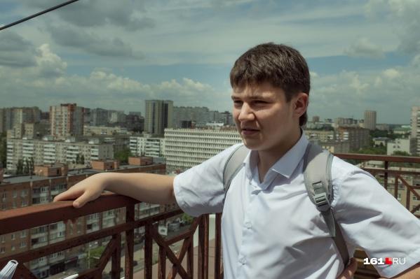 Сергей занимается музыкой с семи лет