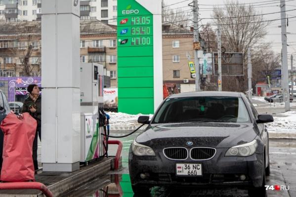 """Год назад цены на бензин АИ-92 не дотягивали и до <nobr class=""""_"""">40 рублей</nobr> за литр, сейчас — <nobr class=""""_"""">43,5 рубля</nobr> за литр (данные Челябинского УФАС)"""