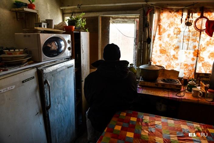 Мы встретились с Вадимом в маленькой служебной комнатке одного из его подопечных — дворника Эрниса