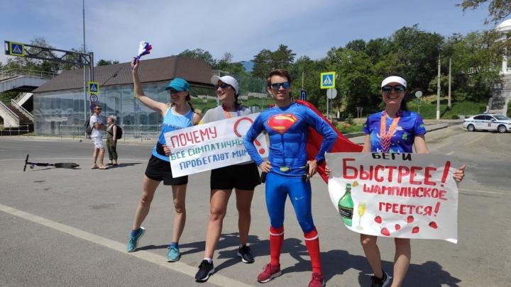 Супермен, швейцарец и бегущий прокурор: центр Волгограда парализовал марафон