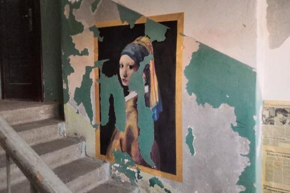 «Девушку с жемчужной сережкой» Вермеера вписали в разбитые стены