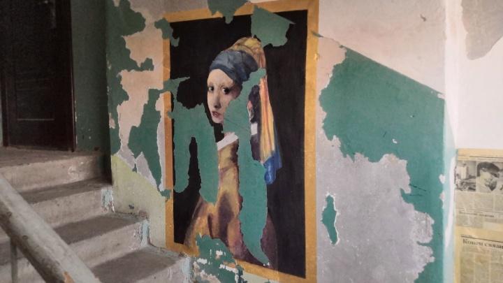 В Каменске-Уральском студенты разрисовали разбитый подъезд картинами Вермеера и да Винчи