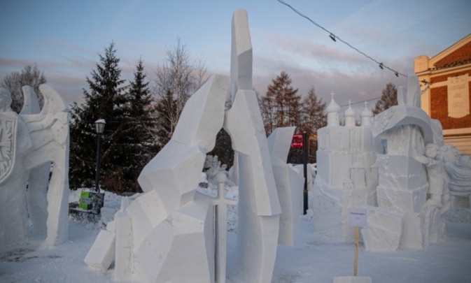На фестивале скульптуры в Новосибирске омичи сделали меч из снега и заняли второе место