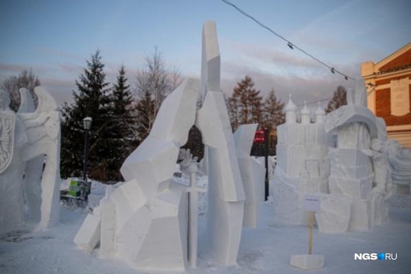Над снежной фигурой в виде меча омичи работали на протяжении четырех дней
