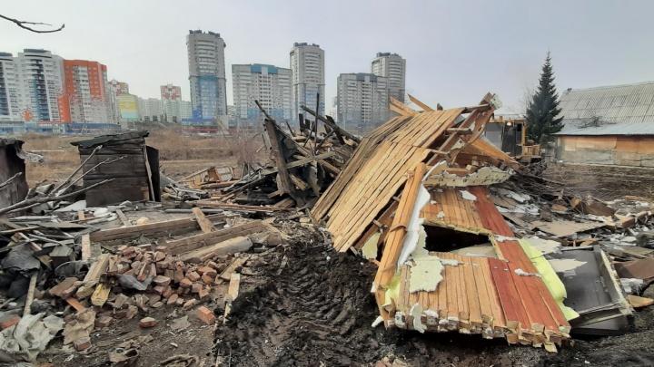 В Кемерово возле «Кузбасс Арены» снесли первый частный дом. Там будут строить многоэтажки