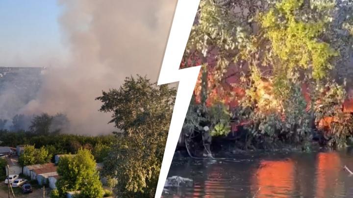 «Справа и слева от меня горит, пожарные не справляются». Сильные пожары в уральском городе сняли на видео