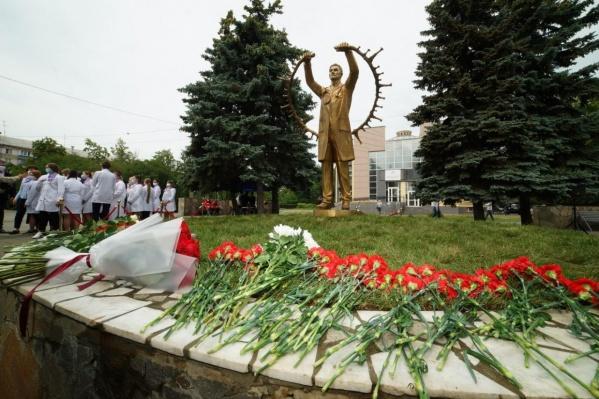 Памятник разместили в сквере Андреевского на пересечении улиц Худякова и Воровского, рядом с медакадемией