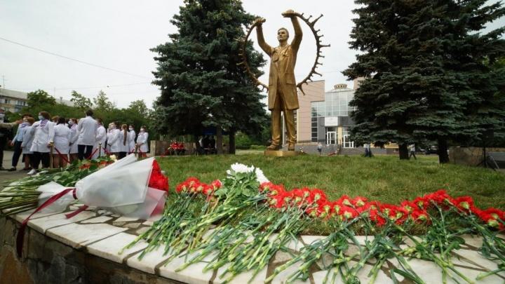 В Челябинске открыли памятник медицинским работникам, пострадавшим от COVID-19