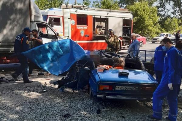В результате аварии двое ехавших в «шестерке» погибли, еще один человек — в больнице