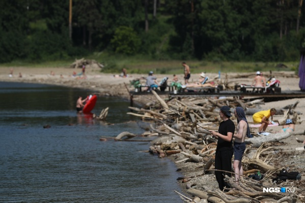 В Новосибирск наконец пришло долгожданное тепло, и люди вышли на рыбалку