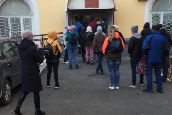 Утренняя очередь на улице Первой Пятилетки, 43