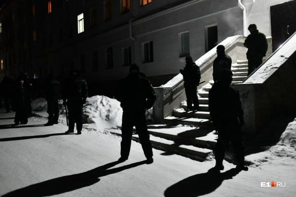 Силовики оцепили территорию монастыря