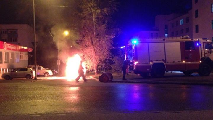 В Екатеринбурге на улице Декабристов сгорела машина