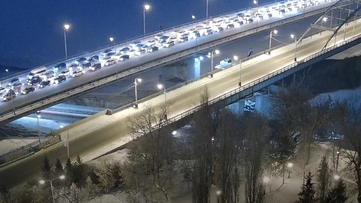 Третий день перекрытия развязки на Валиди — Юлаева в Уфе: движение на Бельском мосту встало