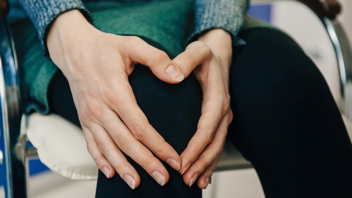 Почему хрустят колени и при чем тут лишний вес? Разбираемся вместе с врачами