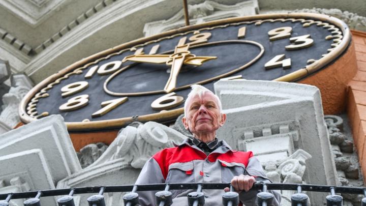 Ушел хранитель времени: в мэрии Екатеринбурга сменился главный часовщик