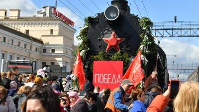 Успевайте на паровоз: исторический состав в честь Победы прибыл на вокзал Екатеринбурга