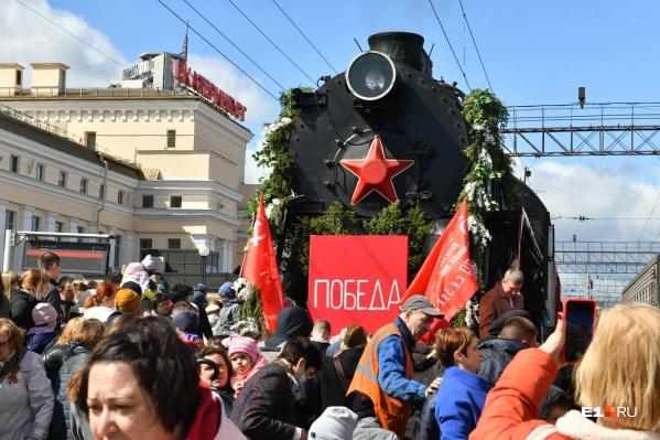 Поезд Победы встретили сотни людей