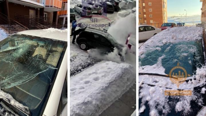 Девять машин в Красноярске разбило упавшим с крыш снегом. Ответ коммунальщиков