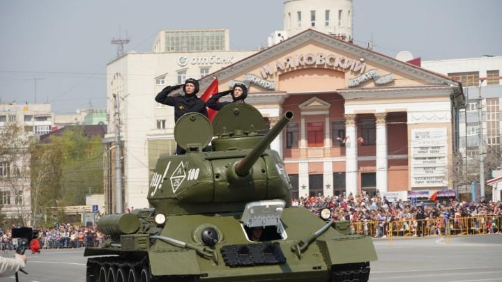 День Победы в Омске: Т-34 в центре города и очереди на теплоходы