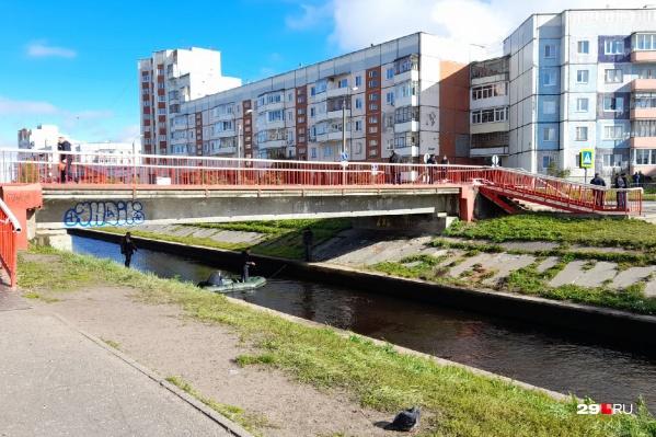 """Сегодня утром <a href=""""https://29.ru/text/incidents/2021/09/11/70130414/"""" class=""""_"""" target=""""_blank"""">фотограф 29.RU побывал на месте ЧП</a>, проезжая часть и мост рядом были перекрыты"""