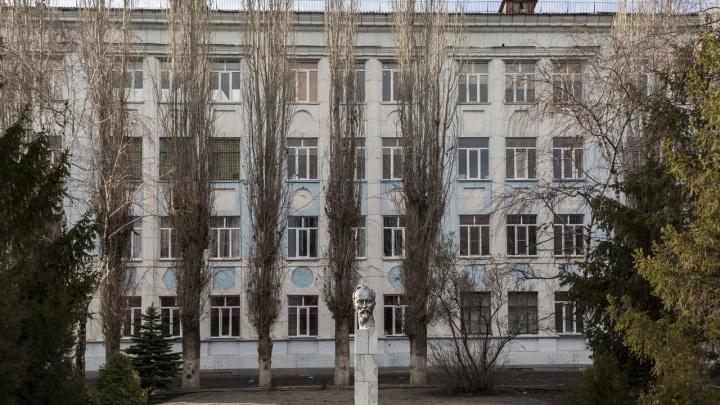 Школу в центре Волгограда штрафуют за установленные камеры и отсутствие таблички