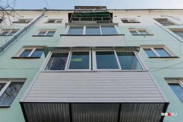 Ребенок выпал из окна пятого этажа
