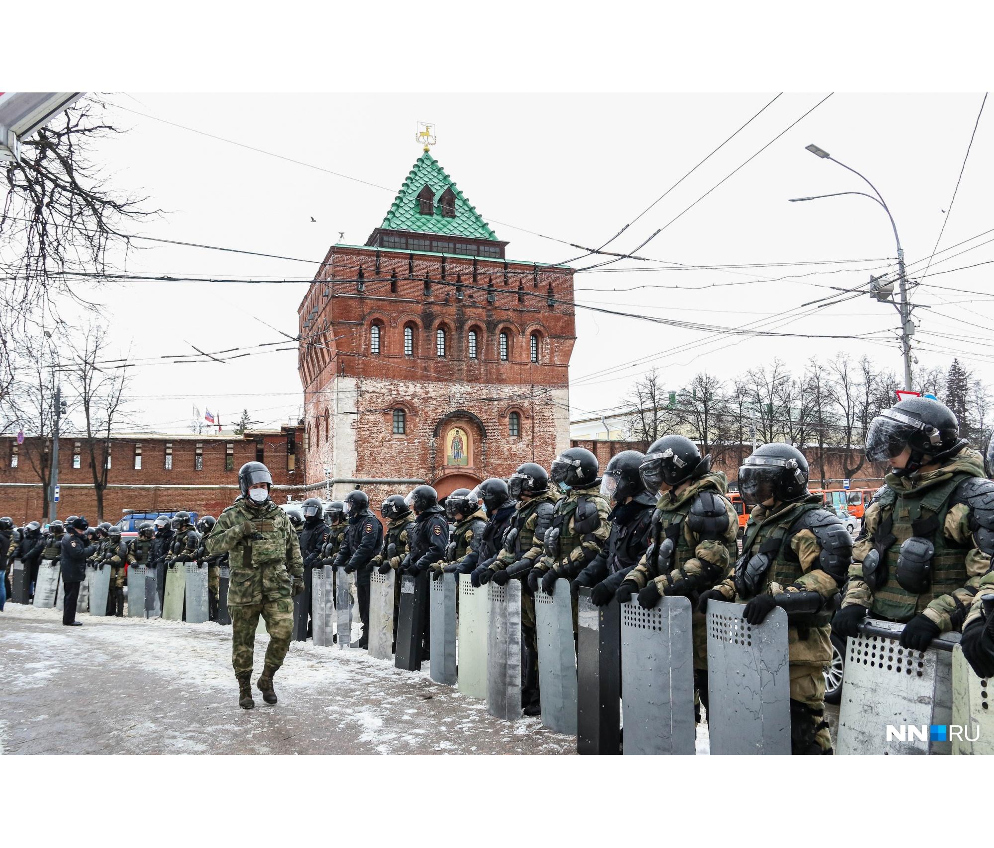 В прошлый раз площадь Минина и Пожарского стала финальной точкой шествия. В этот раз силовики этого не допустили и перекрыли ее полностью