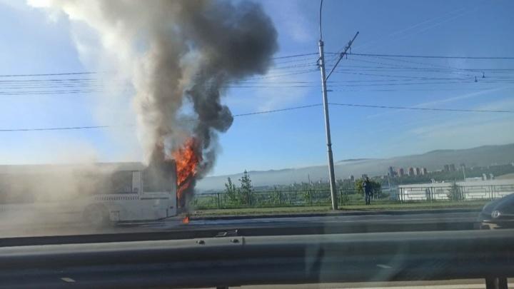 На Белинского загорелся автобус