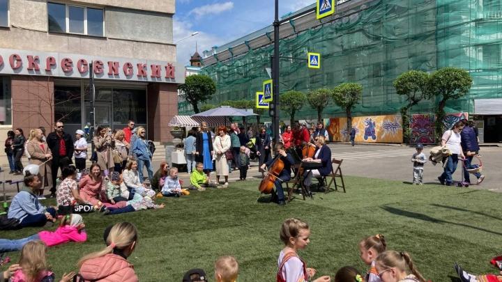 День города и защиты детей в одном флаконе. Что сейчас происходит на перекрытом участке в центре города?