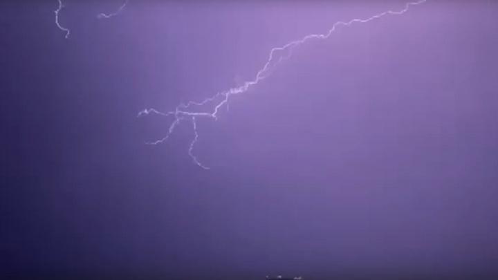 В Сочи 9 рейсов не смогли приземлиться из-за молний и сильного ветра