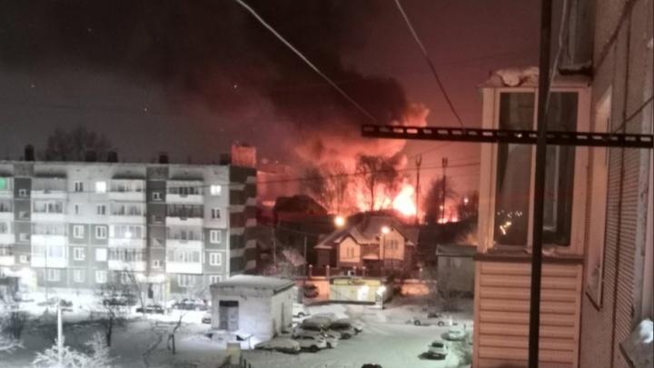 В Ачинске сгорел склад с автомобилями