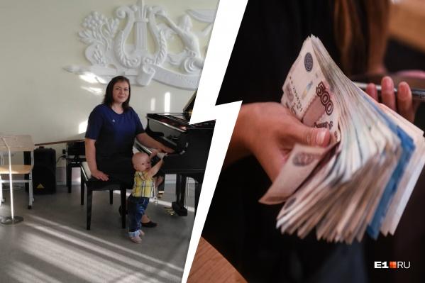 Анастасия преподает игру на фортепиано
