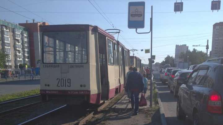 В Челябинске в вечерний час пик встали трамваи