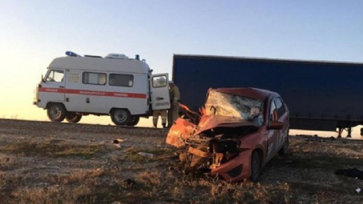 На трассе в Волгоградской области разбилось такси, есть погибший